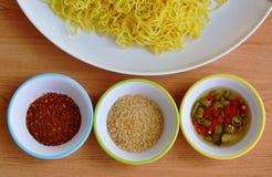 Tagliatella cinese dell'uovo sul piatto bianco e sulla tazza di condimento Immagine Stock Libera da Diritti
