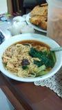 Tagliatella con la verdura del pollo da alimento indonesiano immagini stock