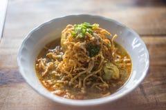 Tagliatella dell'uovo in curry del pollo (Kao Soi Kai) Fotografie Stock Libere da Diritti