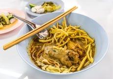 Tagliatella dell'uovo nel locale del curry (stile tradizionale di lanna) fotografie stock