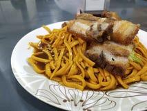 Tagliatella di Chami con carne di maiale fritta fotografie stock libere da diritti