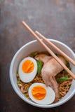 Tagliatella di ramen della minestra con i bastoni dell'ala e del bambù di pollo Immagini Stock