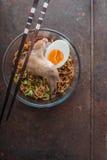 Tagliatella di ramen della minestra con l'ala di pollo e le cipolle verdi Fotografia Stock