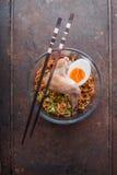Tagliatella di ramen della minestra con l'ala di pollo sul vecchio metallo Immagini Stock