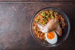 Tagliatella di ramen della minestra con l'ala di pollo sulla vecchia tavola Fotografia Stock