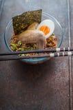 Tagliatella di ramen della minestra con l'ala e l'uovo di pollo Fotografie Stock Libere da Diritti