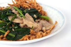 tagliatella di riso Mescolare-fritta con sugo sul piatto Immagini Stock Libere da Diritti