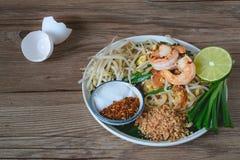 Tagliatella di riso in padella con i gamberetti (cuscinetto tailandese), alimento tailandese, cucina tailandese, stile rustico de Immagini Stock Libere da Diritti