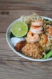 Tagliatella di riso in padella con i gamberetti (cuscinetto tailandese), alimento tailandese, cucina tailandese, stile rustico de Immagini Stock