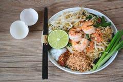 Tagliatella di riso in padella con i gamberetti (cuscinetto tailandese), alimento tailandese, cucina tailandese, stile rustico de Fotografie Stock Libere da Diritti