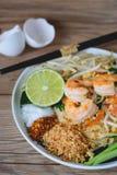 Tagliatella di riso in padella con i gamberetti (cuscinetto tailandese), alimento tailandese, cucina tailandese, stile rustico de Fotografia Stock