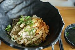 Tagliatella di riso di scalpore con il pollo ed il brodo Fotografia Stock