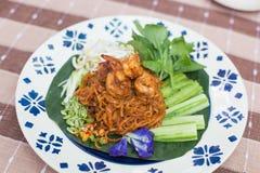 Tagliatella di riso tailandese della noce di cocco con la tagliatella di riso della frittura di scalpore o del gamberetto con lat Fotografie Stock