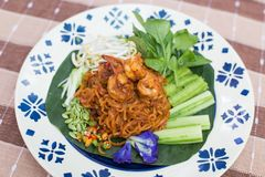 Tagliatella di riso tailandese della noce di cocco con la tagliatella di riso della frittura di scalpore o del gamberetto con lat Immagine Stock Libera da Diritti