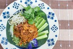 Tagliatella di riso tailandese della noce di cocco con la tagliatella di riso della frittura di scalpore o del gamberetto con lat Fotografia Stock