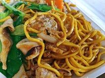 Tagliatella e frutti di mare cinesi fritti scalpore con la pasta conservata del fagiolo della soia Fotografie Stock