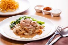 Tagliatella fritta con carne di maiale in sugo Immagini Stock