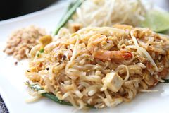 Tagliatella fritta padthai tailandese dell'alimento con gambero immagini stock