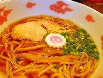 Tagliatella giapponese con la fetta della carne di maiale, lo gnocco del pesce ed il germoglio di bambù Immagine Stock Libera da Diritti