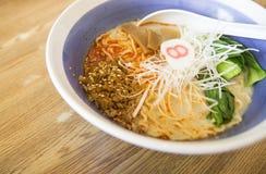 Tagliatella giapponese con la pasta piccante della carne macinata di suino fotografia stock libera da diritti