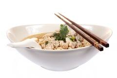 Tagliatella istante cinese con il isola tritato della ciotola del porco Immagini Stock