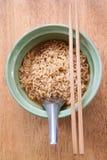 Tagliatella istante con il cucchiaio e le bacchette Fotografia Stock