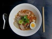 Tagliatella piccante tailandese di Tomyum con carne di maiale Fotografia Stock