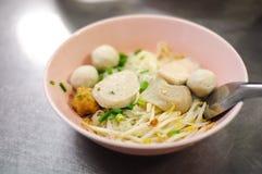 Tagliatella sottile tailandese con la palla di pesce Fotografie Stock Libere da Diritti