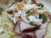 Tagliatella tailandese con carne di maiale, le verdure ed il granchio Immagine Stock