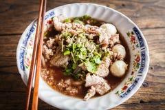 Tagliatella tailandese con minestra sulla tavola Fotografie Stock Libere da Diritti
