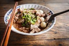 Tagliatella tailandese con minestra sulla tavola Fotografia Stock Libera da Diritti