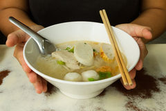 Tagliatella tailandese di stile con minestra pura fotografie stock
