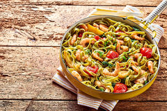 Tagliatelle海鲜面团用大虾和菠菜 免版税库存图片