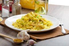 Tagliatelle用鸡咖喱、韭葱和大蒜 库存图片