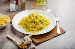 Tagliatelle用鸡咖喱、韭葱和大蒜 库存照片