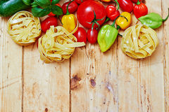 Tagliatelle面团和菜在桌上 免版税库存照片