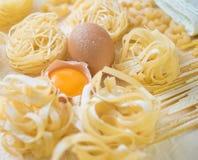Tagliatelle面团家做用面粉和鸡蛋 免版税库存照片