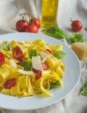 Tagliatelle в итальянских цветах, зажаренных в духовке томатах, базилике Tagliatelle Стоковое Изображение