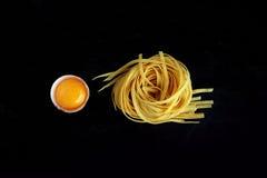 Tagliatelle и яичный желток Стоковое Фото