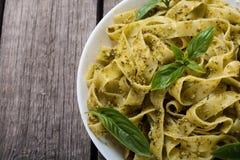 Tagliatelle макаронных изделий с зеленым pesto соуса Backgrou итальянской кухни стоковые изображения