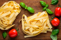 Tagliatelle και μαγειρεύοντας συστατικά Στοκ Εικόνες