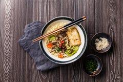 Tagliatelle asiatiche con il tofu, i funghi di ostrica e le verdure fotografia stock