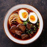 Tagliatelle asiatiche con manzo e l'uovo Fotografie Stock Libere da Diritti