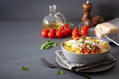 Tagliatelle bolognese med örter och parmesan, italiensk pasta arkivbilder
