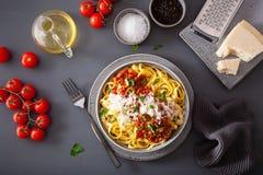 Tagliatelle bolognese med örter och parmesan, italiensk pasta royaltyfri fotografi
