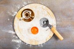 Tagliatelle casalinghe crude italiane della pasta alla tavola concreta fotografie stock libere da diritti