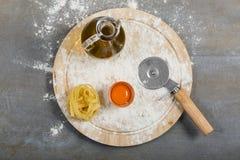 Tagliatelle casalinghe crude italiane della pasta alla tavola concreta fotografia stock libera da diritti