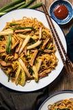 Tagliatelle cinesi con carne di maiale, il cavolo di Napa e la cipolla verde Fotografia Stock Libera da Diritti