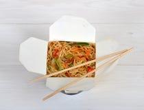 Tagliatelle cinesi in scatola asportabile Immagine Stock