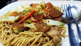 Tagliatelle cinesi sul piatto Fotografie Stock